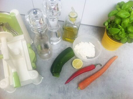 Courgette- en wortel spaghetti salade