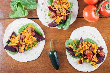 Chorizo taco's met ingelegde rode bieten