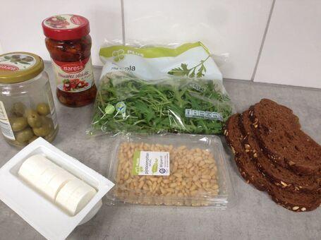 Broodje geitenkaas, zongedroogde tomaten en olijven