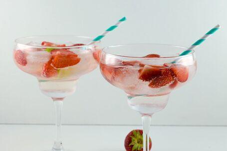 Gin tonic met aardbeien en limoen