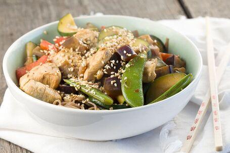 Kip met groenten en sesam uit de wok