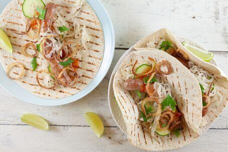 Tortilla's met worstjes, witte kool en krokante ui
