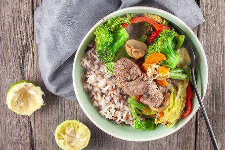 Zwarte peper-limoen biefstuk uit de wok