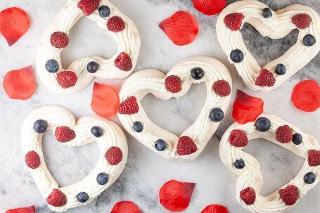 Valentijn pavlova met rood fruit