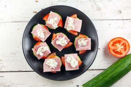Komkommerhapjes met kruidenkaas en ham