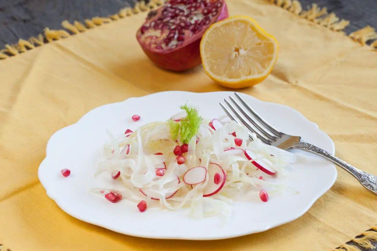 Venkelsalade met radijsjes en granaatappel