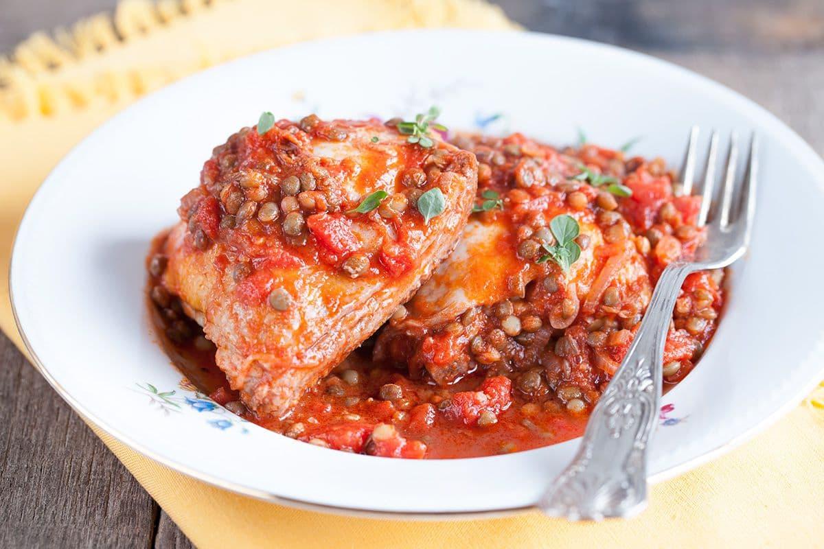Kip met linzen en tomatensaus