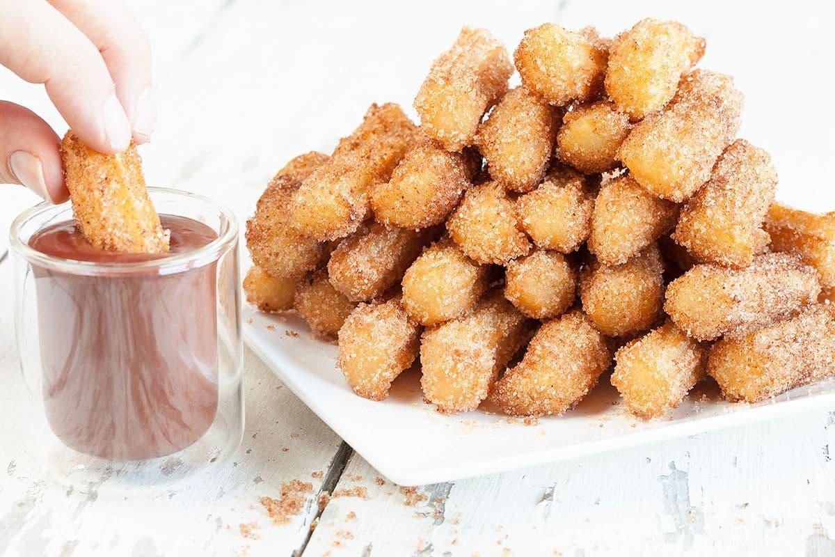 Churros met frambozen-chocoladesaus