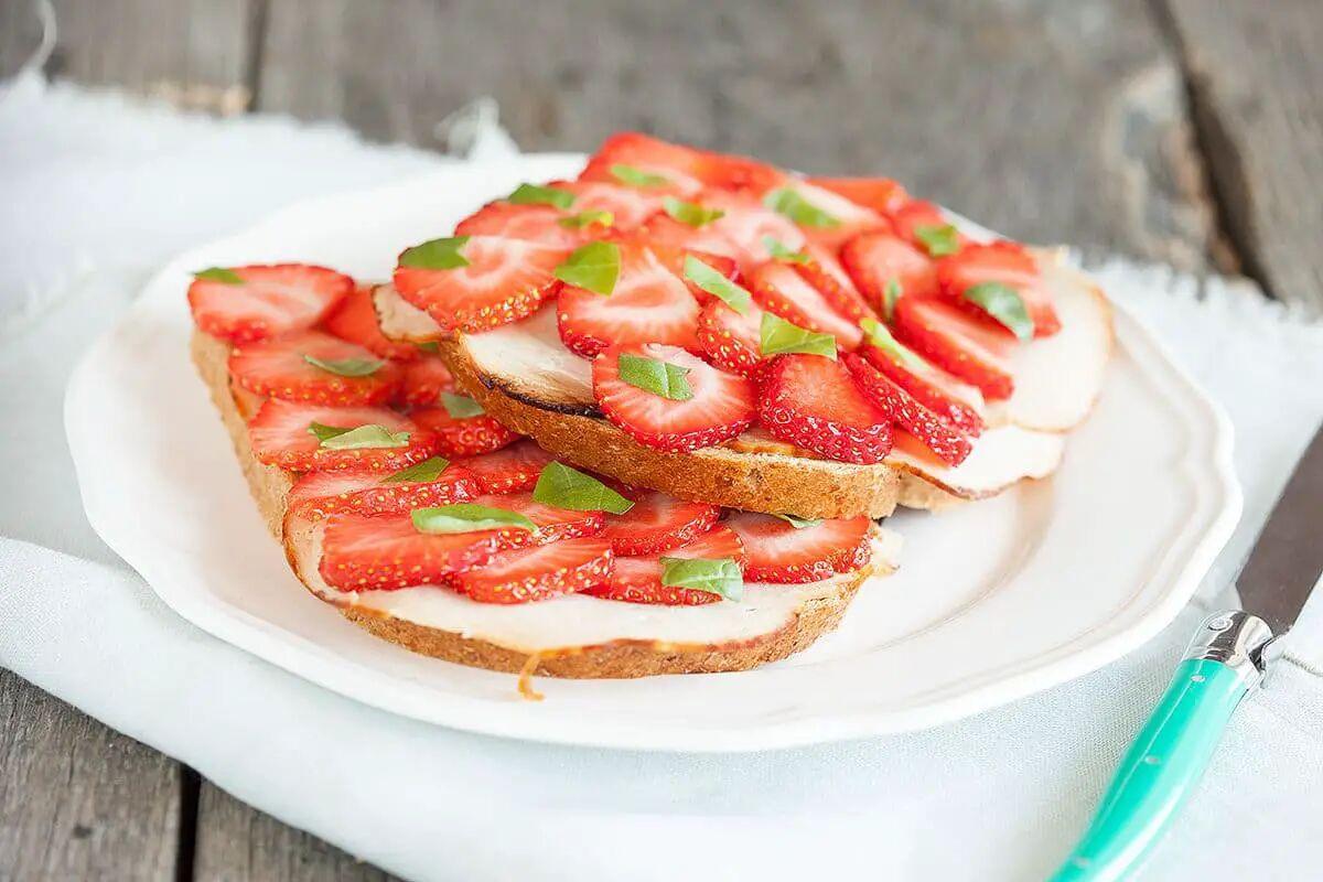 Broodje met kip en aardbeien