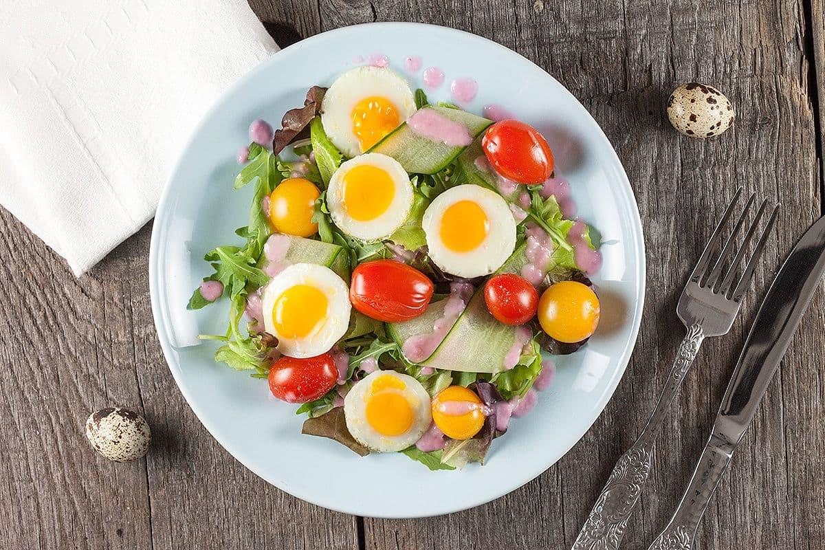 Salade met kwartelei