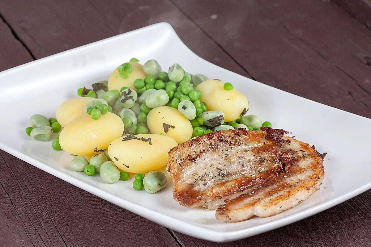 Gebakken buikspek met aardappel- tuinbonensalade