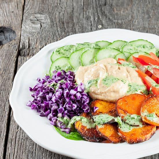 Gebakken zoete aardappelsalade met hummus
