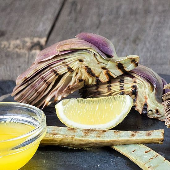 Gegrilde artisjokharten en stengels met citroen botersaus
