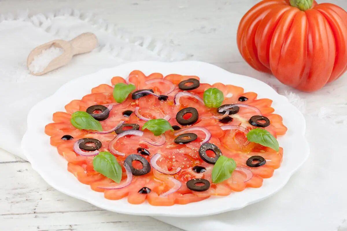 Coeur de boeuf tomaten carpaccio met zwarte olijven