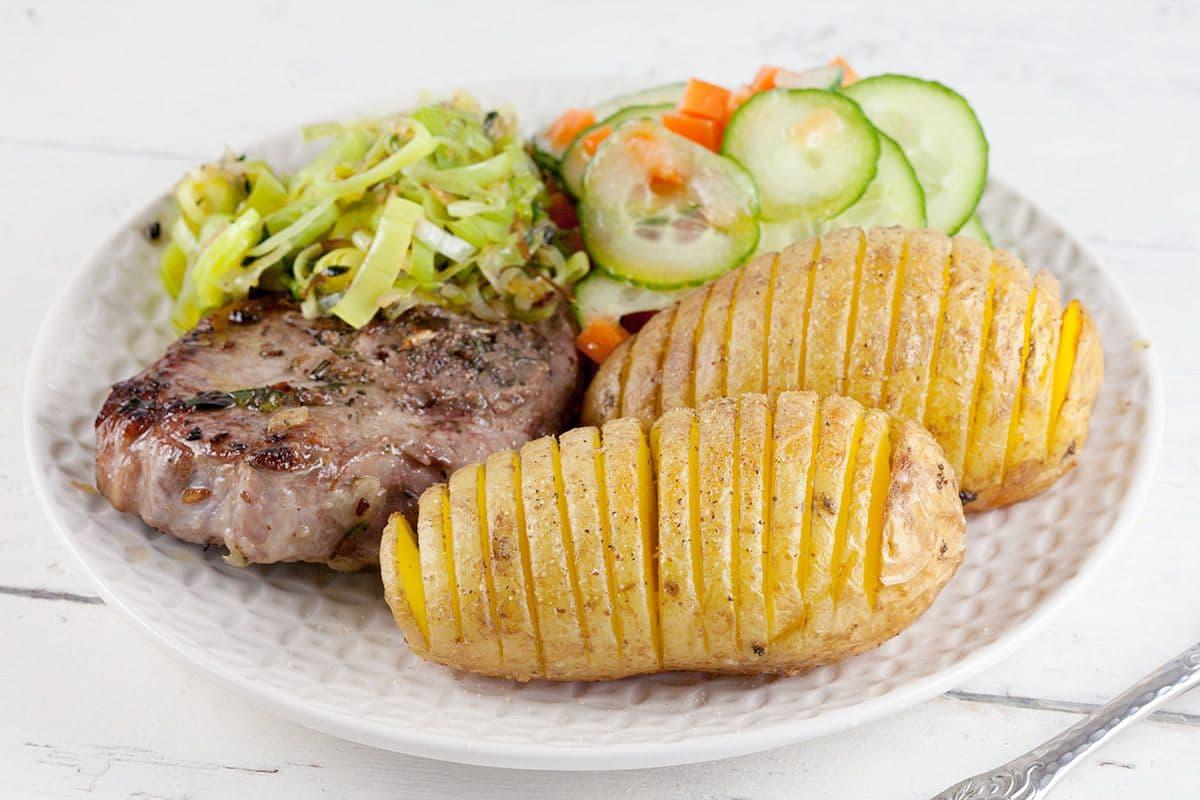 Lamskarbonade met hasselback aardappelen