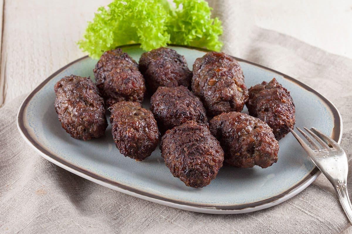 Roemeense gegrilde gehaktbroodjes