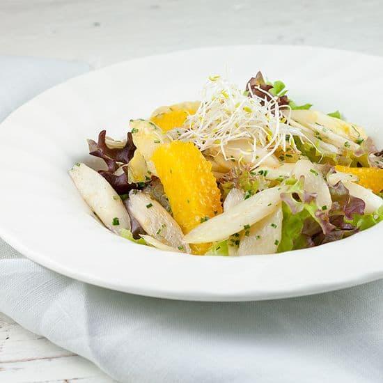 Roergebakken witte asperge salade