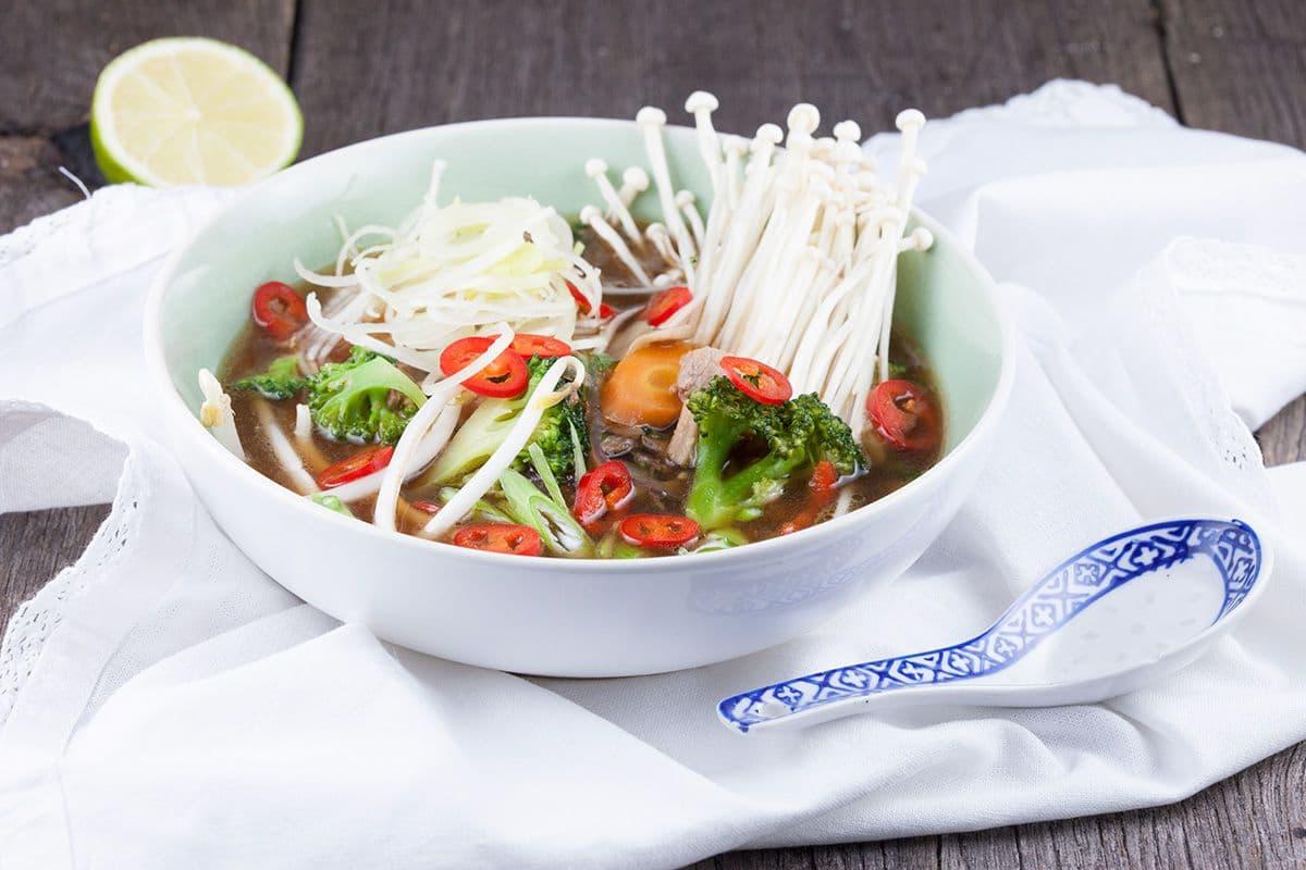 Aziatische groentesoep met ham