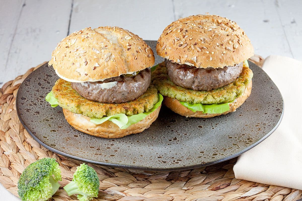 Broccoli en rundvlees hamburger