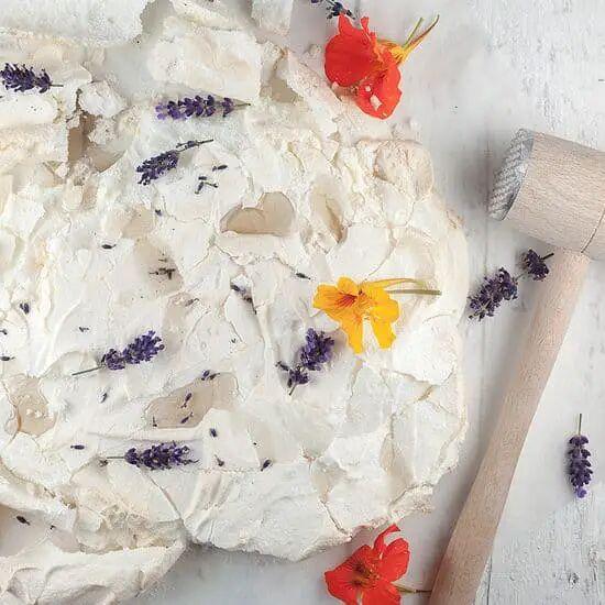 Citroen pavlova met lavendel siroop