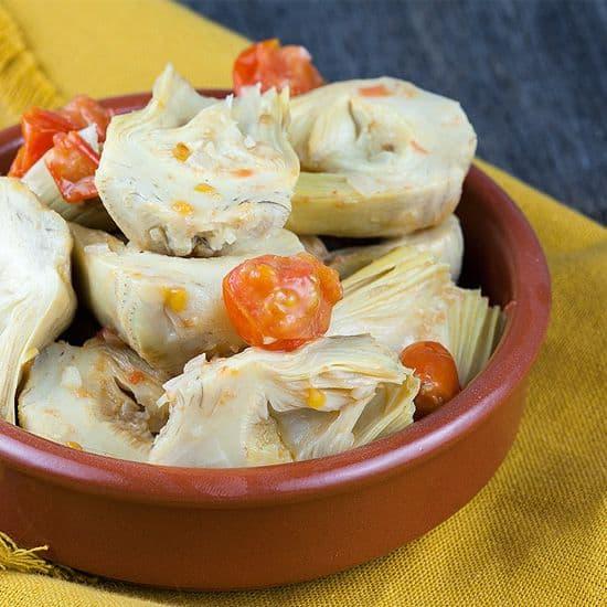 Tapas van artisjokharten en tomaten