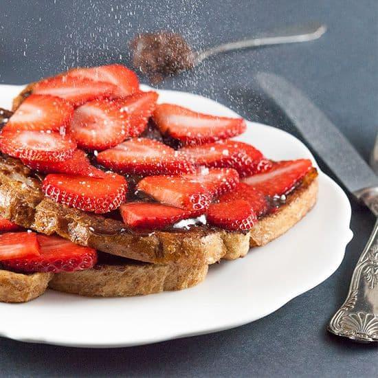 Wentelteefjes met zelfgemaakte nutella en aardbeien