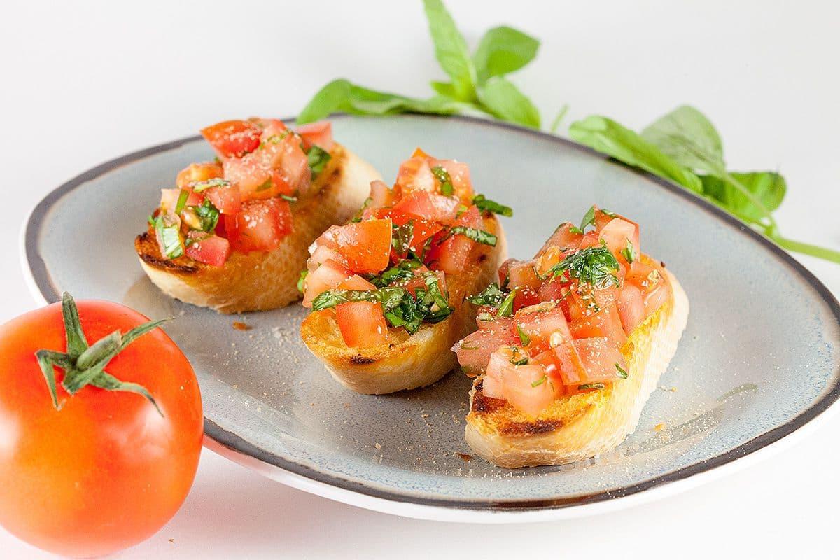 Bruschetta met tomaten en basilicum