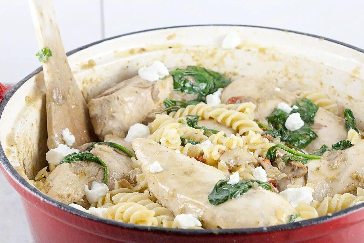 Romige pasta met kip en pesto