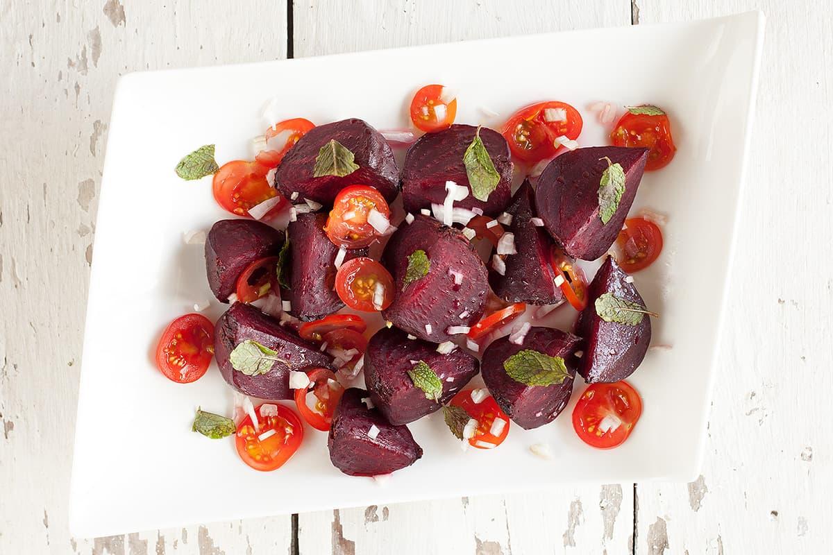 Geroosterde rode bieten salade met tomaat