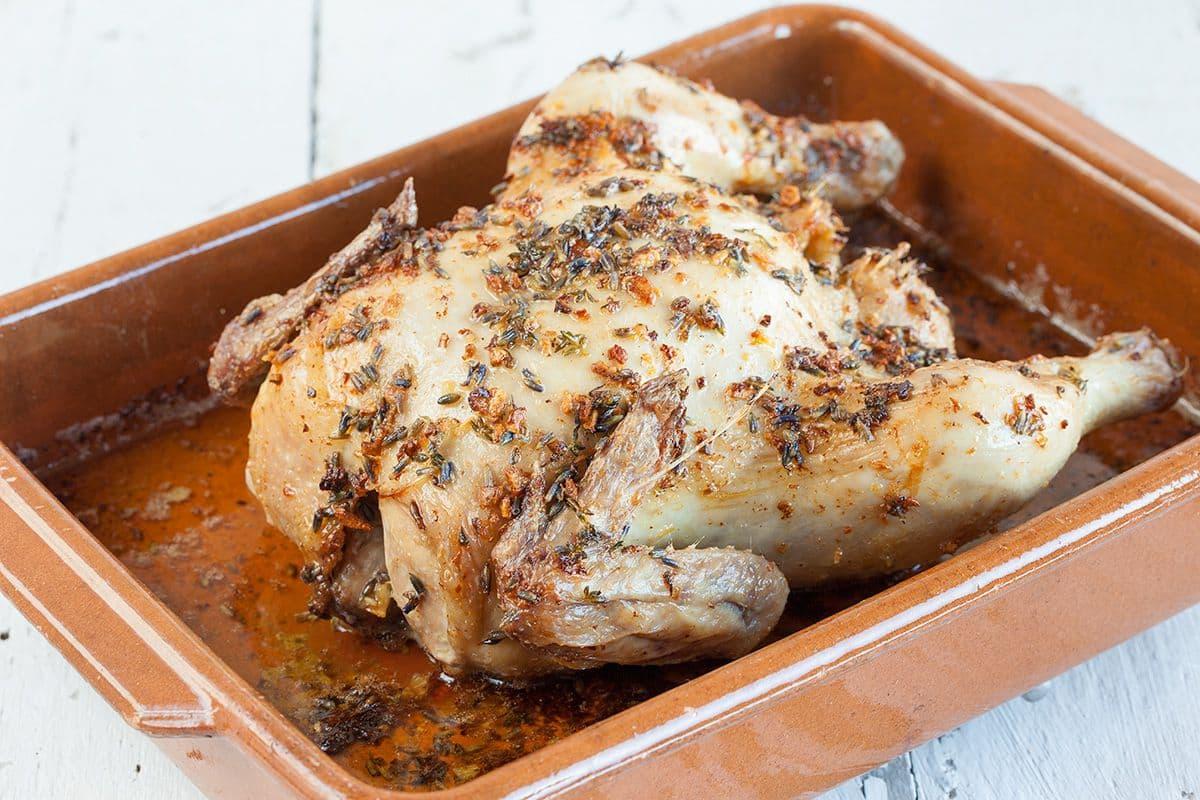 Hele geroosterde kip met knoflook en lavendel