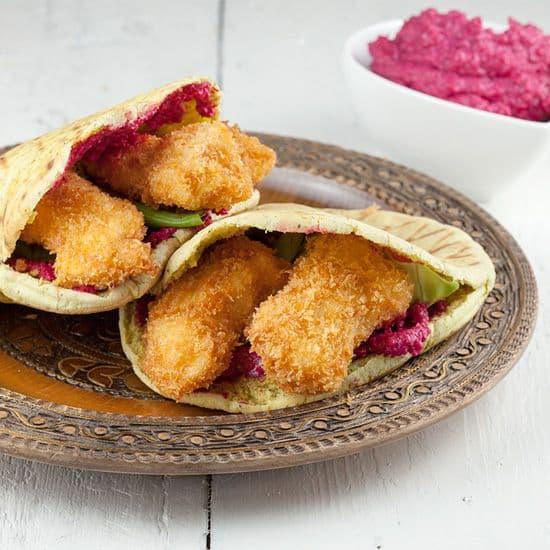 Pita met krokante kip en rode bieten hummus