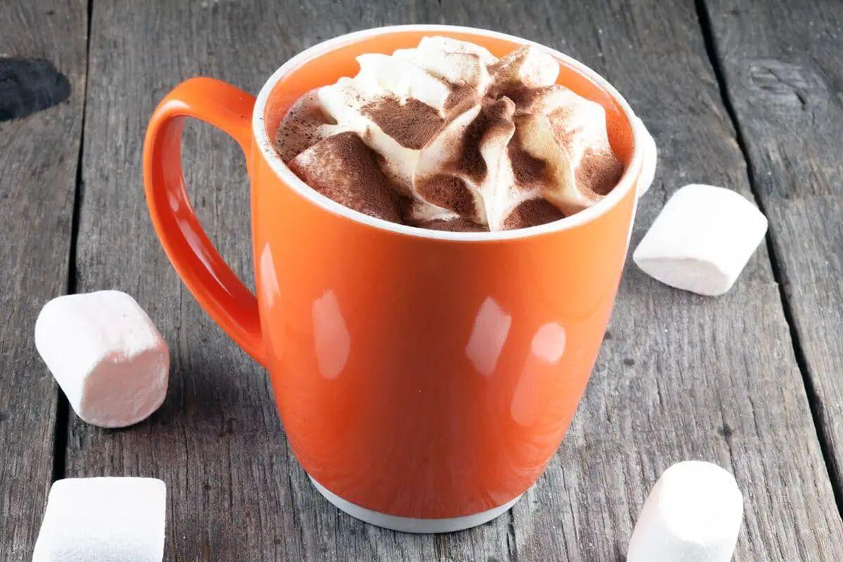 Warme chocolademelk met rum en marshmallows