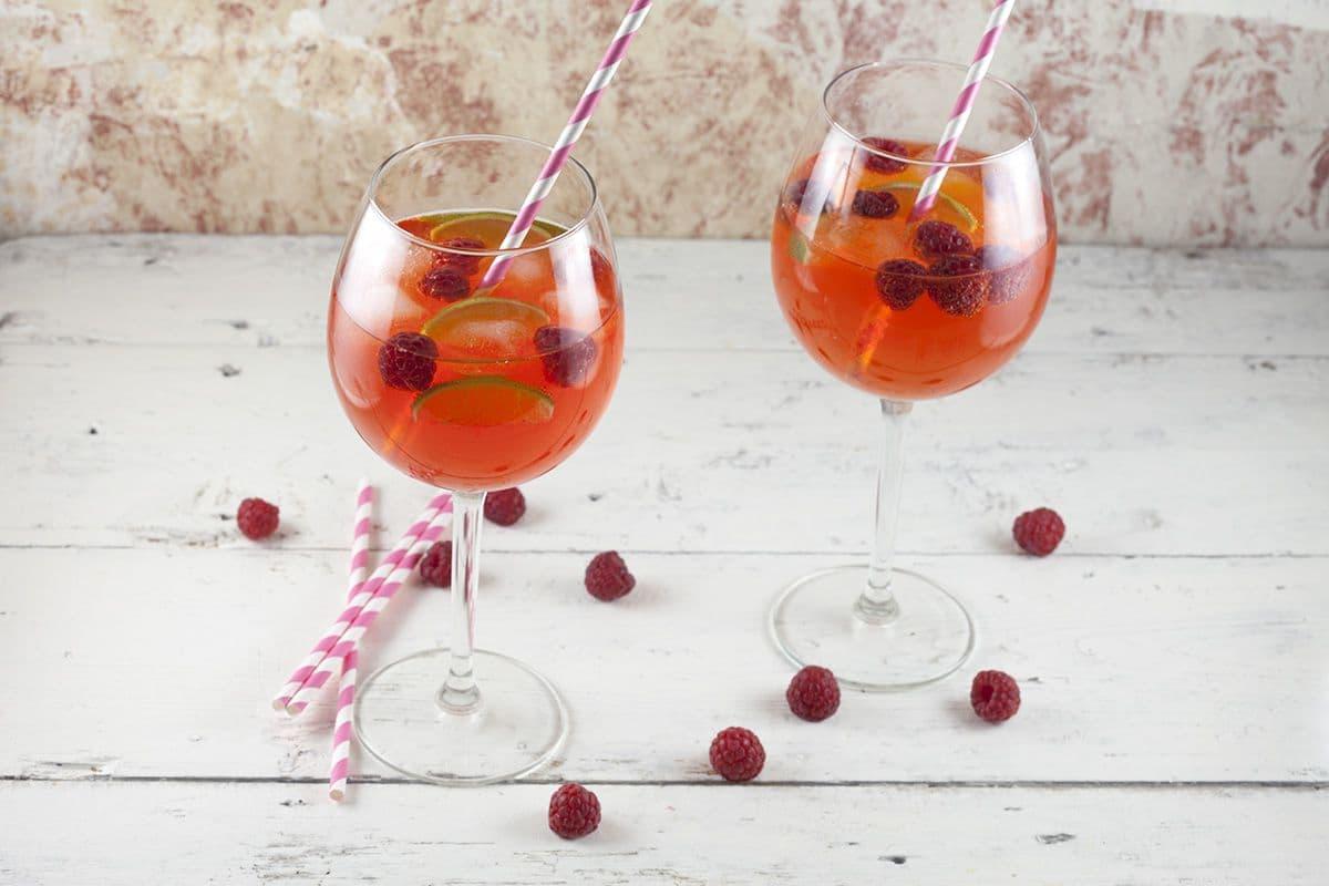 Aperol cocktail met limoen en frambozen
