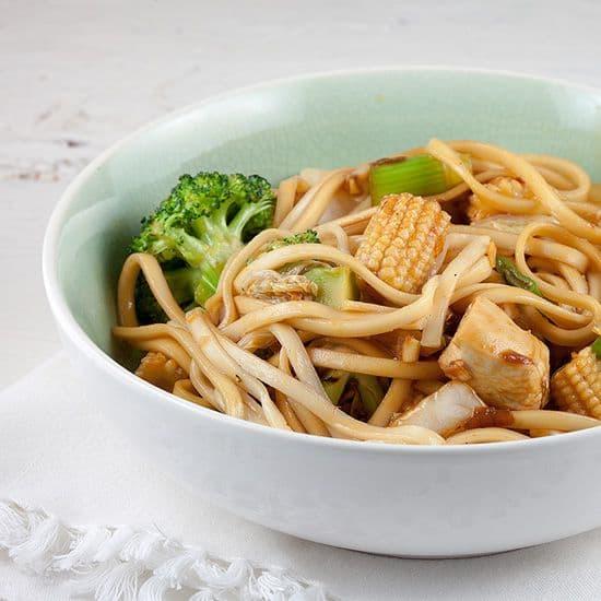 Noedels, kip en baby maïs uit de wok