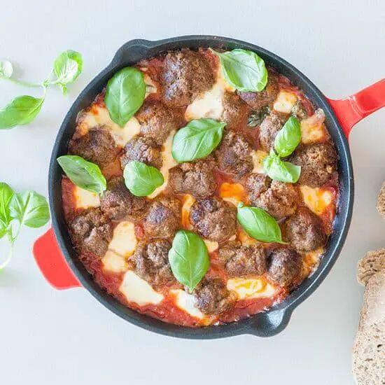 Gehaktballetjes met mozzarella in tomatensaus uit de oven