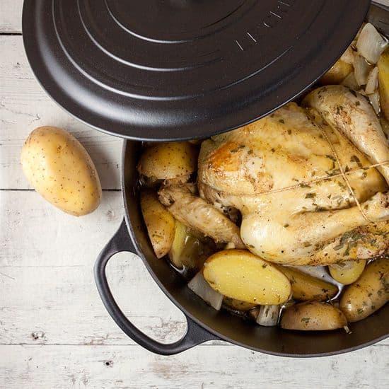 Rustieke hele kip met venkel uit de pan
