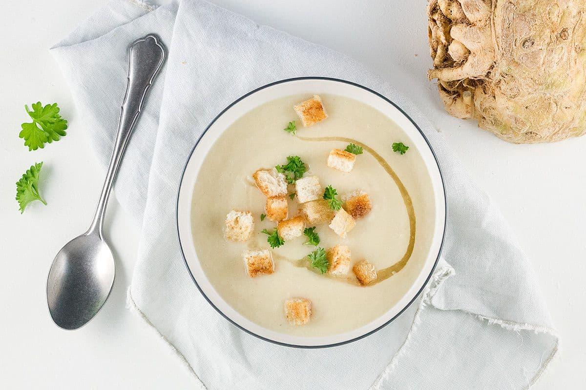 Knolselderij soep met spekvet en croutons