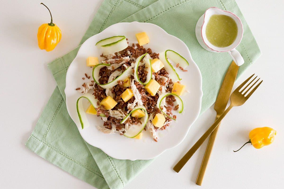 Pittige rode rijst salade met kip en mango