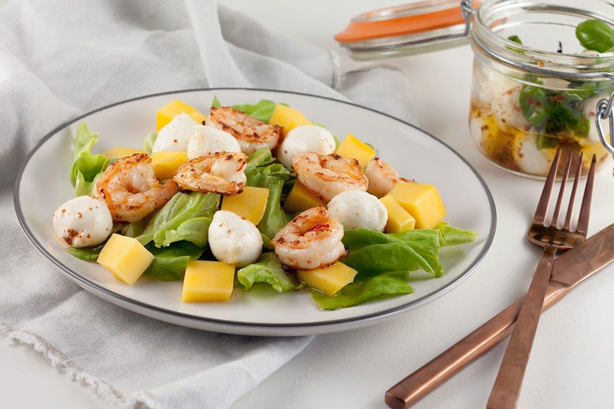 Salade met gamba's, mango en mozzarella