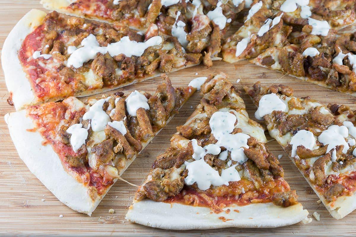 Pizza shoarma met knoflooksaus