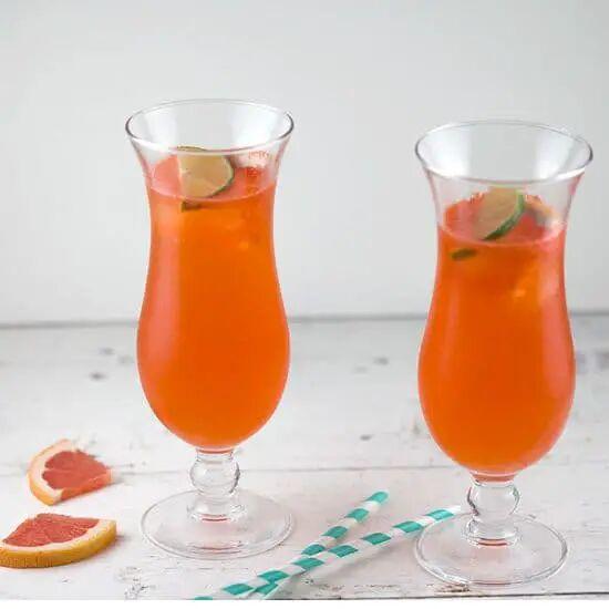 Grapefruit Aperol cocktail met limoen