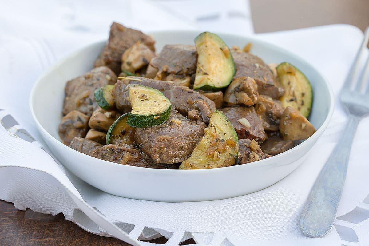 Gemarineerd rundvlees met courgette en champignons