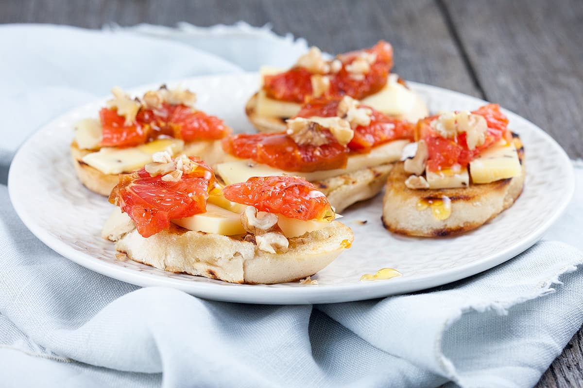Crostini met truffelkaas en grapefruit