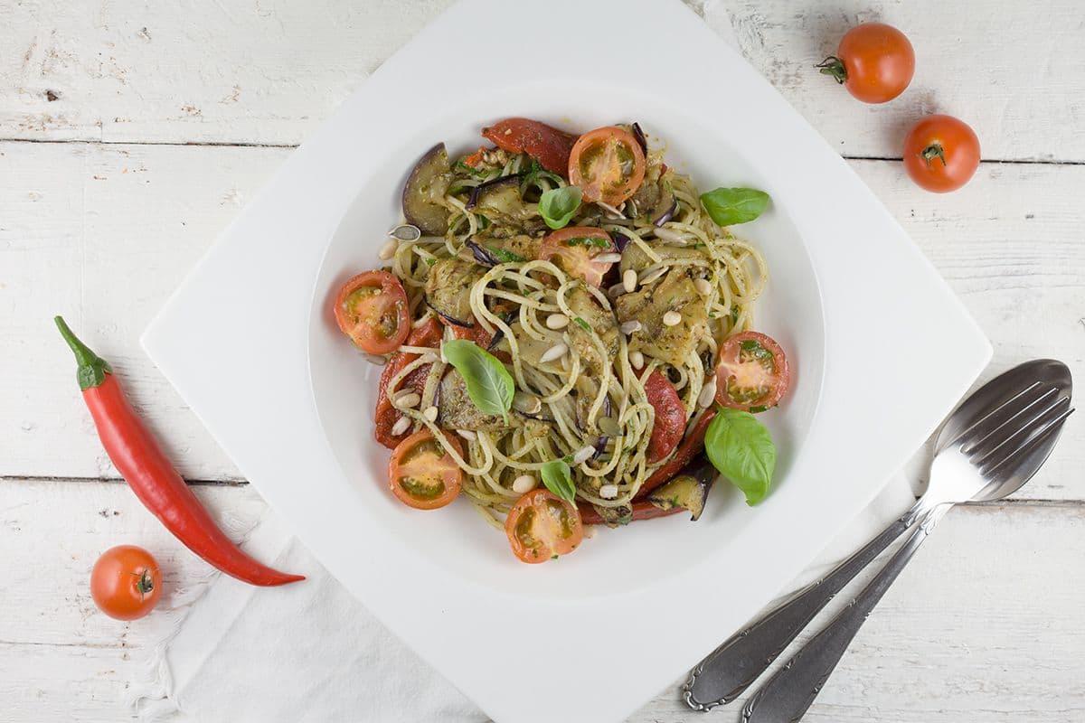 Pasta met geroosterde groenten en pesto