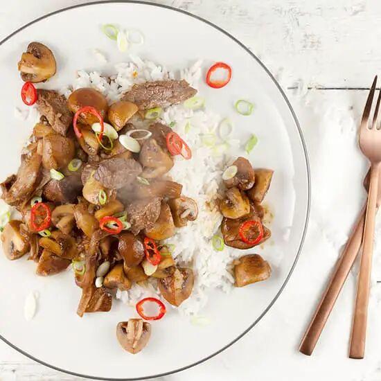 Rijst met paddenstoelen, biefstuk en sojasaus