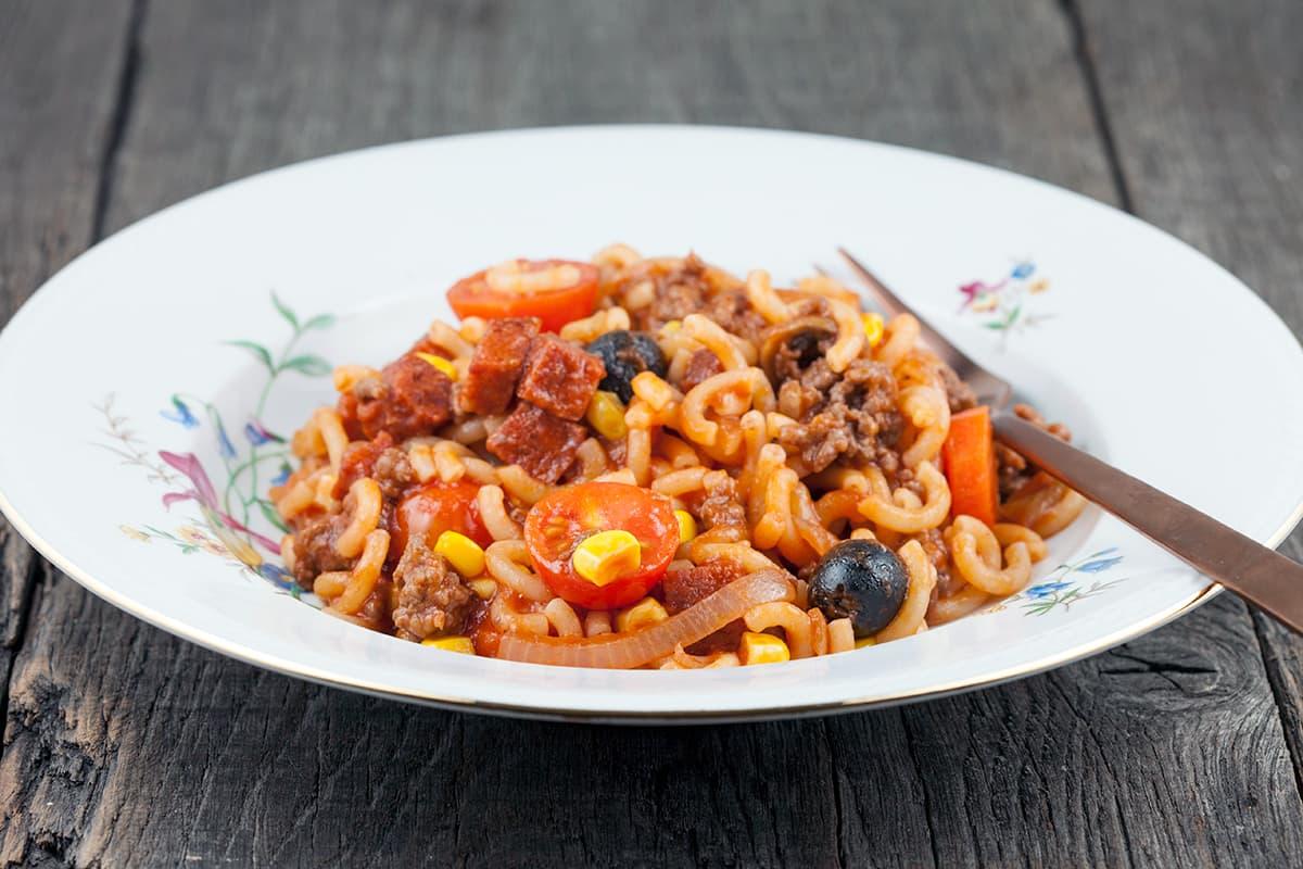 Macaroni met chorizo en tomaat