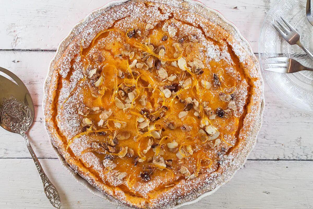 Pompoentaart met gekonfijte sinaasappel en amandelen
