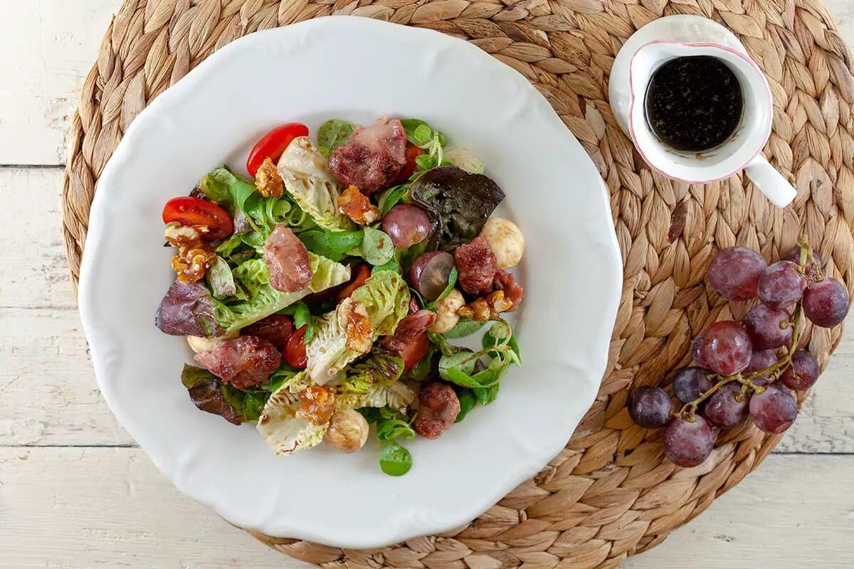 Salade met mozzarella, druiven en stroopdressing
