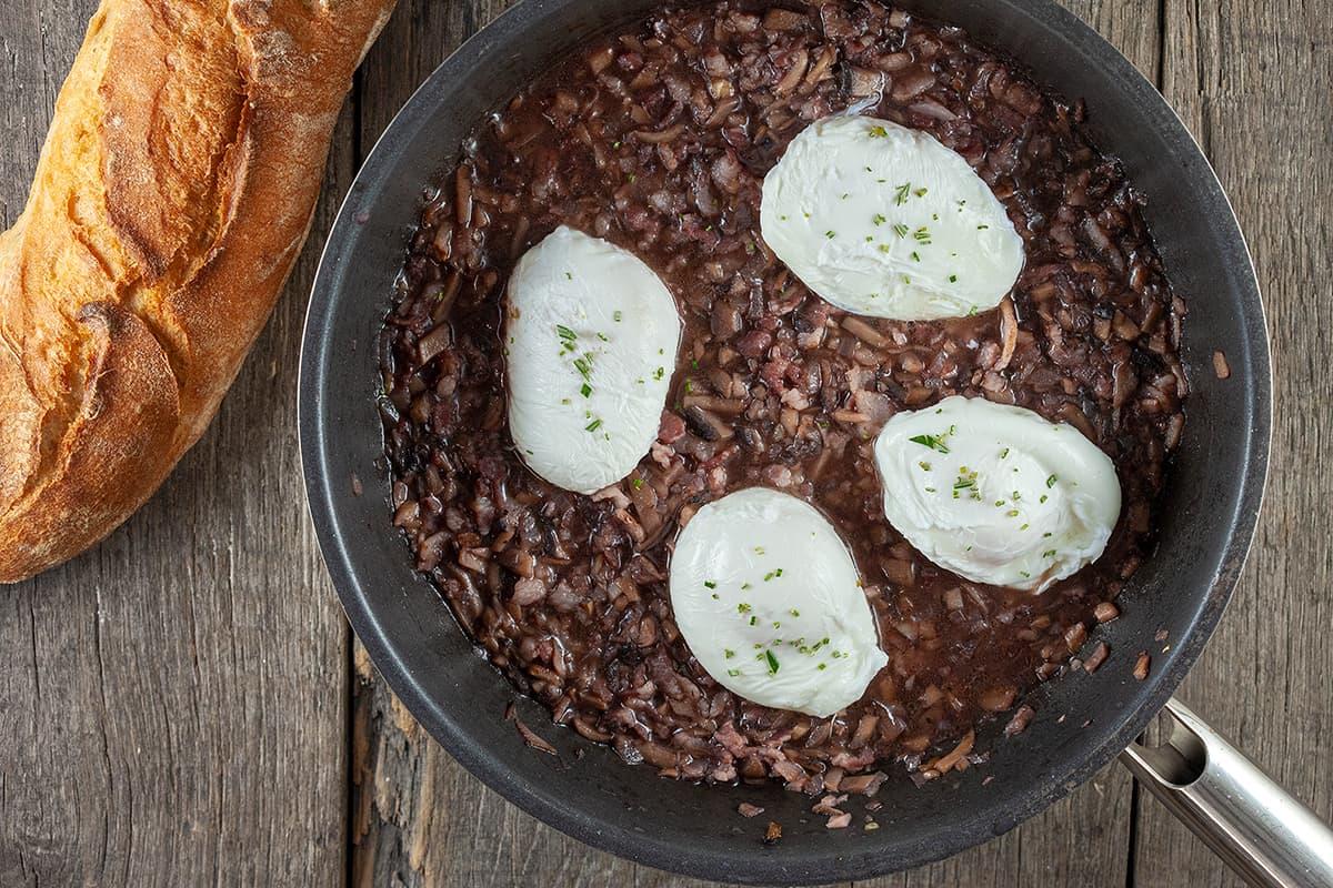 Oeufs en meurette - gepocheerde eieren in rode wijnsaus