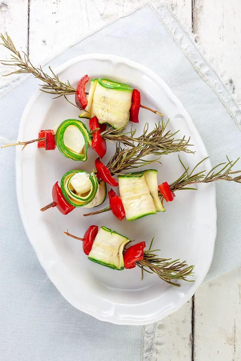 Groenten spiesjes met feta en rozemarijn van de bbq